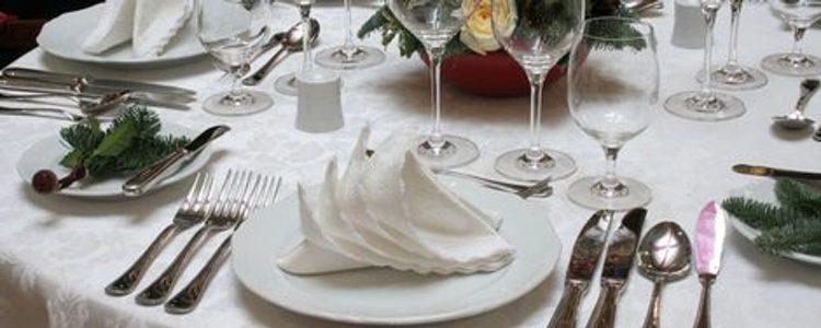 Una mesa de Navidad totalmente en blanco