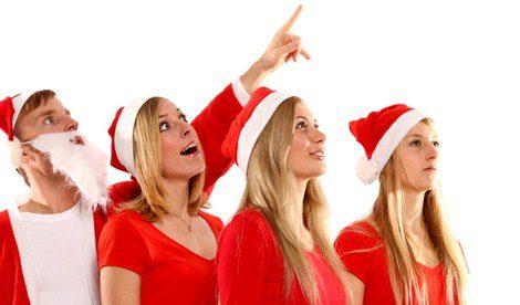 Grupo de jóvenes vestidos de Santa Claus