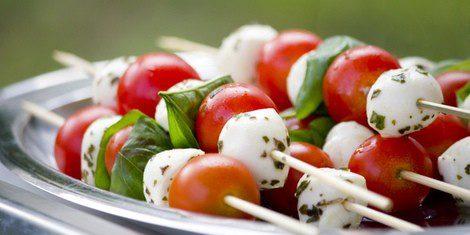 brochetas de queso y tomate