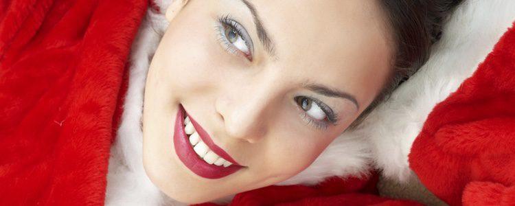 Completa tu maquillaje navideño con un labial rojo