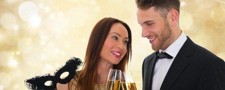 una pareja brinda por la navidad