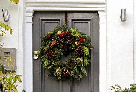 Es tradición colgar ramas de acebo y de muérdago en las puertas durante Navidad