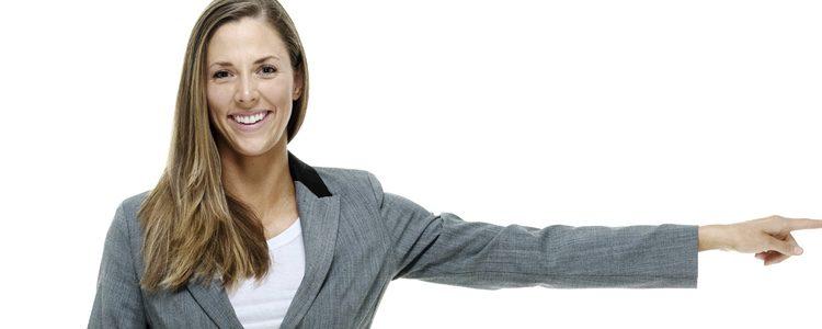 Llevar una blazer, combinar faldas midi con blusas y usar tonos oscuros son algunas claves para acertar