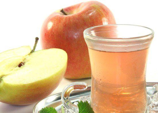 Si te duele el estómago, bebe té mientras comes una manzana
