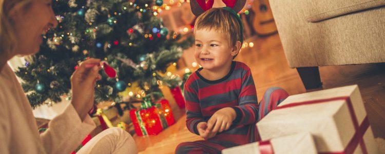En su primera Navidad es conveniente no pasarse con los regalos navideños