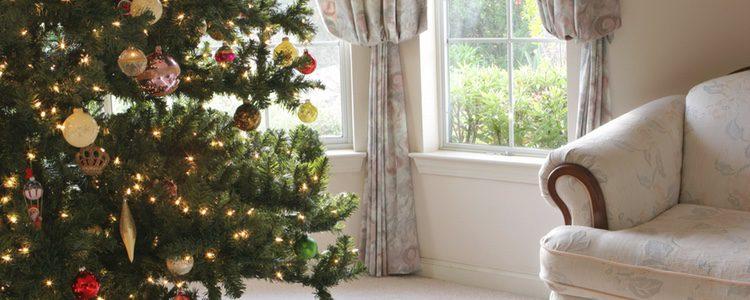 Decorar el árbol en los tradicionales colores rojo y dorado