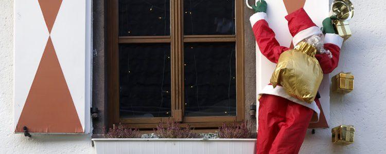 Una decoración muy de moda es simular que estos personajes están colgados de tu ventana a punto de entrar en casa