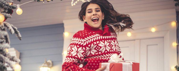 Añade un toque divertido con un jersey con motivos navideños