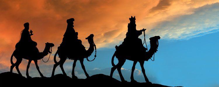 Los Reyes Magos reparten regalos con unos atuendos muy vistosos