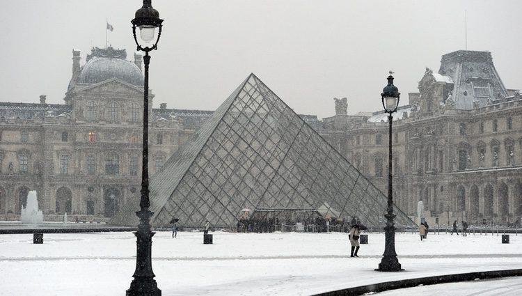 El museo del Louvre cubierto de nieve