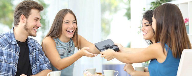 Se suele hacer entre grupos de amigos, familiares o en el trabajo