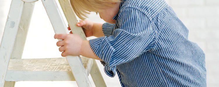 Las escaleras vienen muy bien para que los niños puedan ver bien