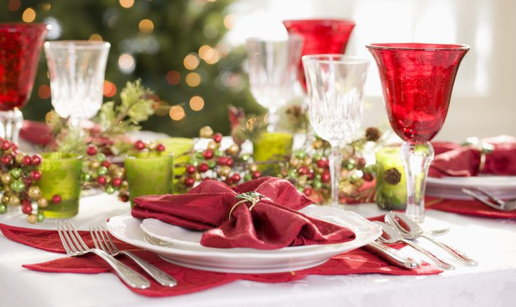 Decoraci n navide a en la mesa servilletas y vajillas de - Mesa navidena ...