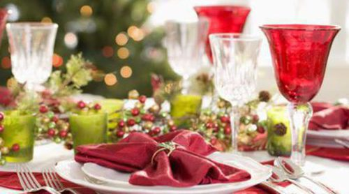 Decoración navideña en la mesa: servilletas y vajillas de Navidad