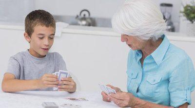 Juegos de cartas para disfrutar en familia tras las cenas navideñas