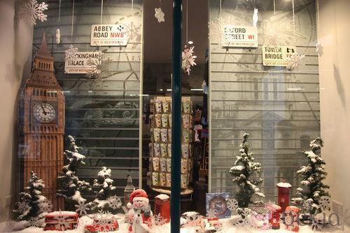 Escaparate navideño de una tienda de regalos