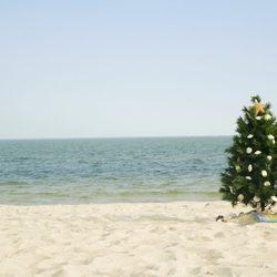 Árbol de Navidad en una playa