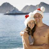 Una pareja de vacaciones en la playa en Navidad