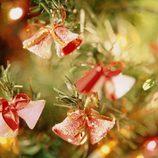 Árbol de Navidad decorado con campanitas