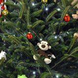 Árbol de Navidad decorado con muñecos de tela
