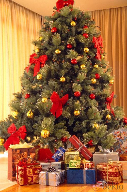 Árbol de Navidad con lazos y bolas rojas y doradas