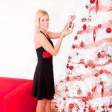 Árbol de Navidad blanco con adornos rojos