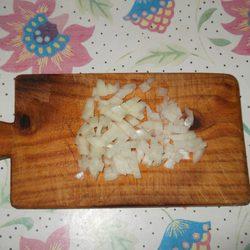 Picar la cebolla en cuadraditos para hacer muffins de tortilla de patata
