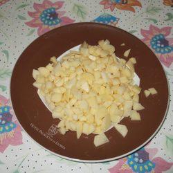 Cortar las patatas en cuadraditos para hacer muffins de tortilla de patata