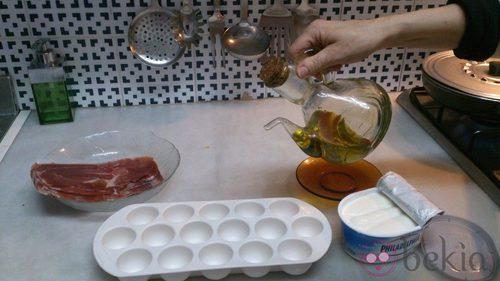 Paso 1: Engrasar cada uno de los orificios de la cubitera con un poco de aceite