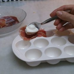 Paso 3: Con la ayuda de dos cucharitas para el café pondremos un poco de queso cremoso dentro del jamón