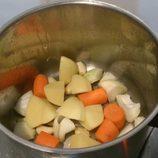 Echa en una olla con aceite de oliva la cebolla, el ajo, la zanahoria y la patata