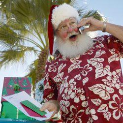 Un veraniego Papá Noel antes de repartir regalos de navidad