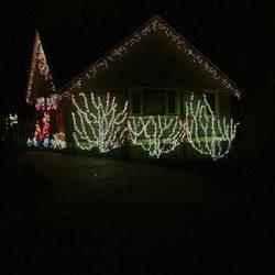 Decoración navideña en el exterior de una casa