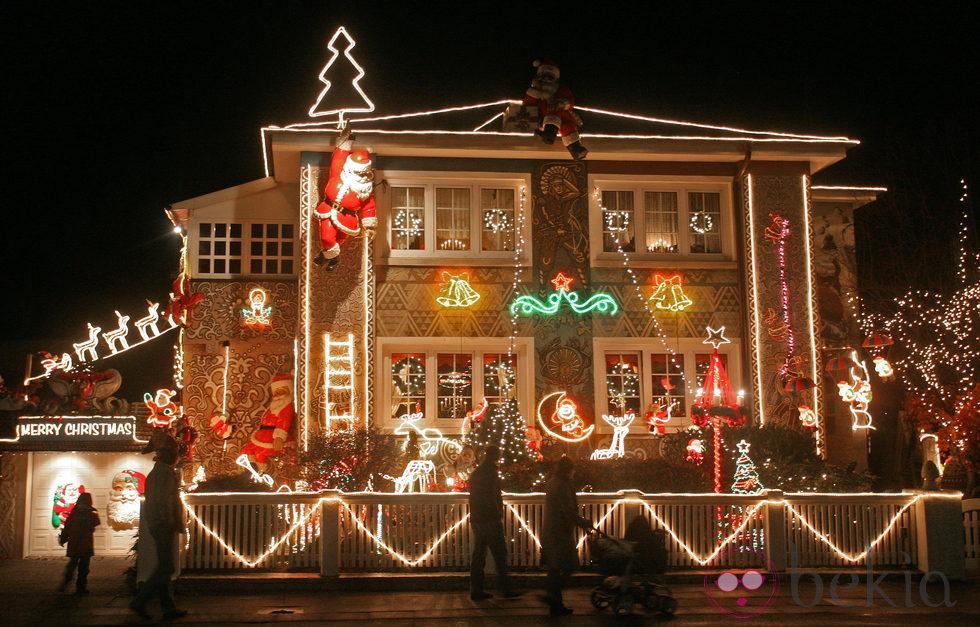 parar decorar el exterior de una casa en navidad