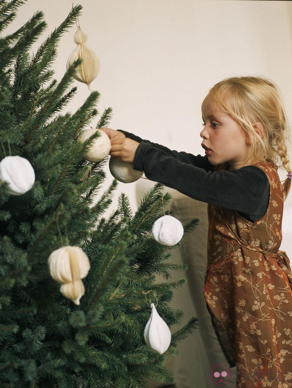 Bolas en tonos beis para decorar la casa en navidad
