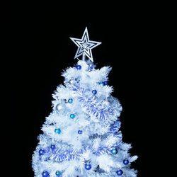 rbol de navidad blanco sorprende con una decoracin en azul