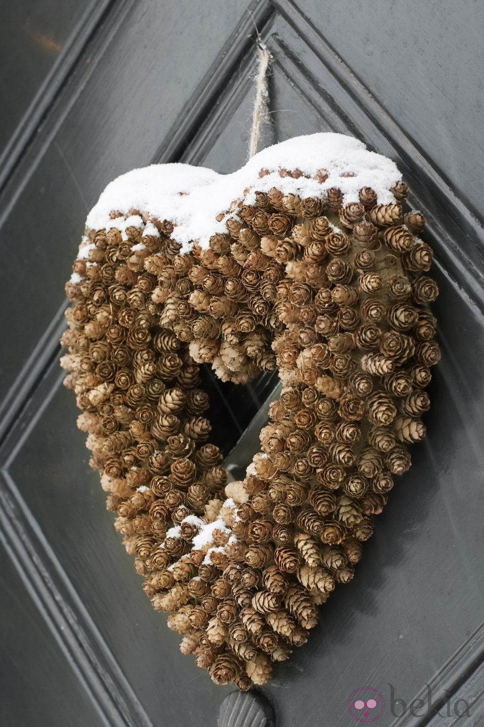 Corona en forma de corazón para decorar la casa en navidad