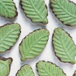 Galletas de mantequilla convertidas en hojas de muérdago