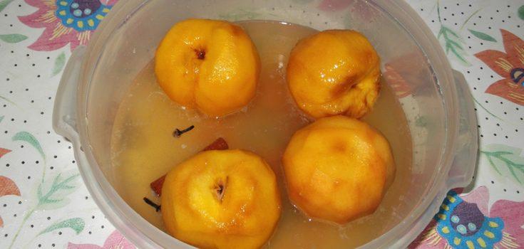 Une los melocotones pelados con la mezcla realizada en un bol grande