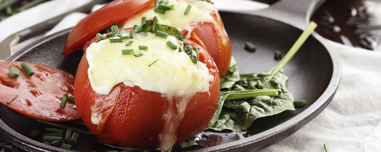Debes tener cuidado a la hora de incluir la guarnición dentro del tomate porque podría dañar la presentación