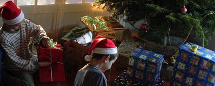 Los pequeños de la casa abren los regalos la mañana del 6 de enero