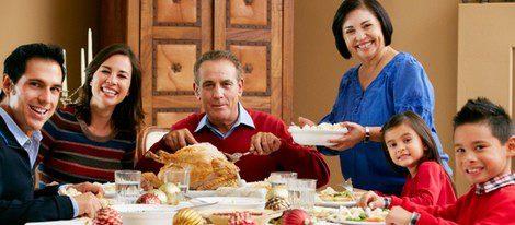 Los egipcios celebran la noche de fin de año cenando todos en familia
