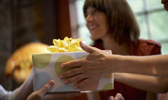 El día de la entrega todos cogen sus regalos e intentan adivinar quien será su misterioso remitente