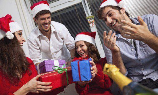 Puedes demostrar lo bien que conoces al destinatario a través del regalo, que también es una pista para él sobre su amigo invisible