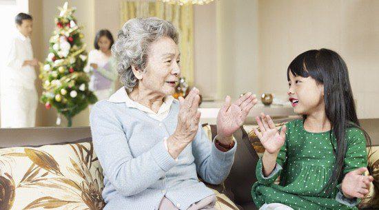 Las familias japonesas se reúnen para cenar e intercambiar regalos