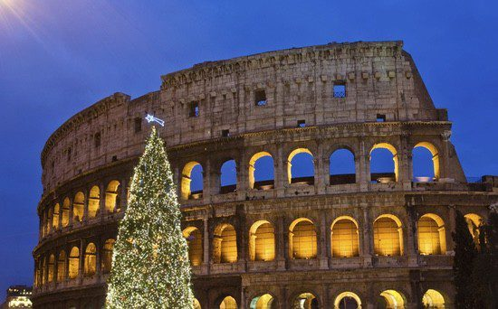 Árbol navideño junto al Coliseo de Roma
