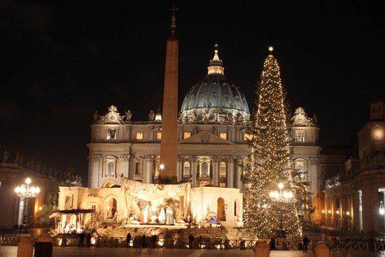 La Plaza de San Pedro engalanada con motivos navideños