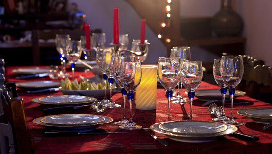 La utilización de candelabros está de moda en la decoración navideña de las mesa