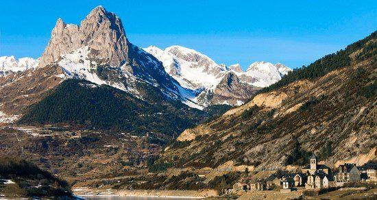 El norte ofrece pueblos más pequeños y la cercanía de picos nevados