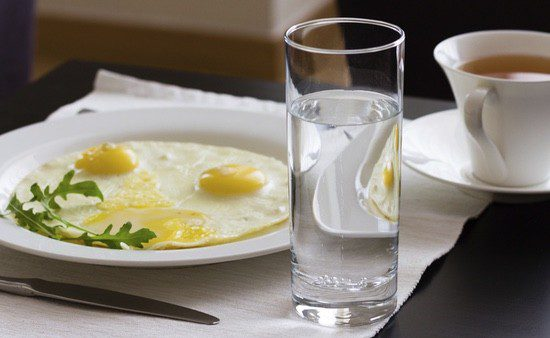 Bebe agua y toma un buen desayuno